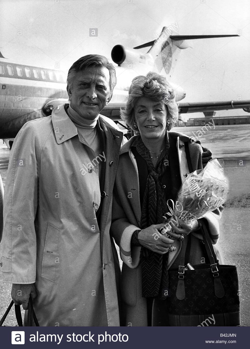 Douglas, Kirk, * 9.12.1916, US-amerikanischer Schauspieler, halbe Länge, mit seiner Frau Anne Buydens, Flughafen Stockfoto