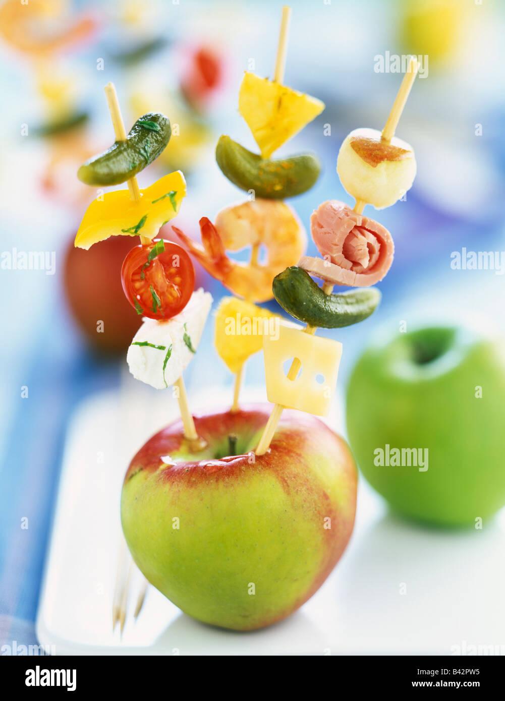 Aperitif-Spieße stach in einen Apfel Stockbild
