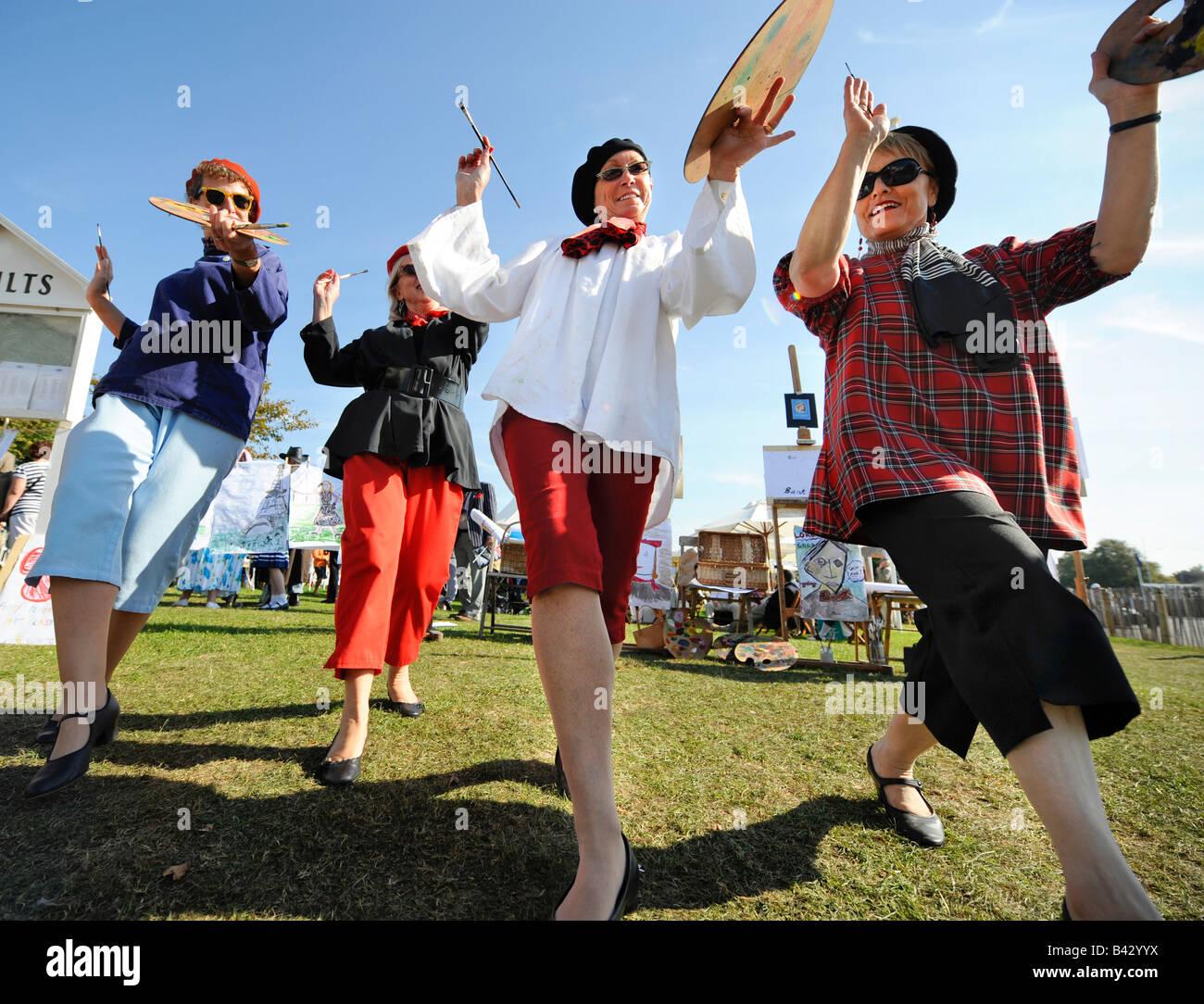 Goodwood Revival 2008 Künstler tanzen und winken ihren Paletten. Bild von Jim Holden. Stockbild