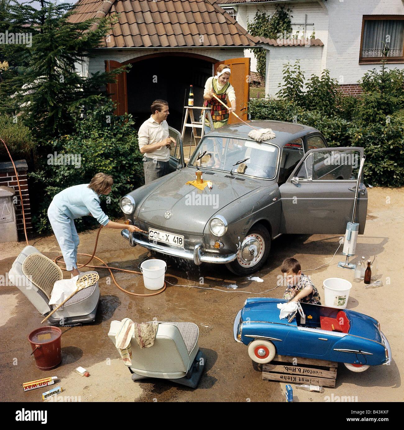 menschen familie autowaschen 1960er jahre historisch historische 60er jahre zu hause am. Black Bedroom Furniture Sets. Home Design Ideas