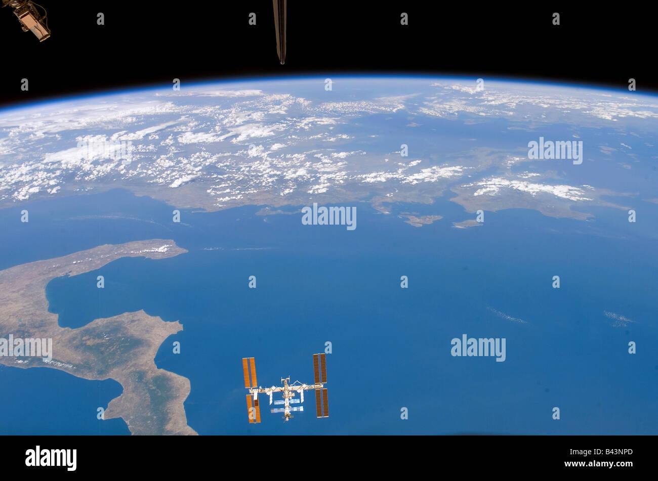 Internationale Raumstation ISS über die Erde mit einen teilweisen Blick auf Italien Stockbild