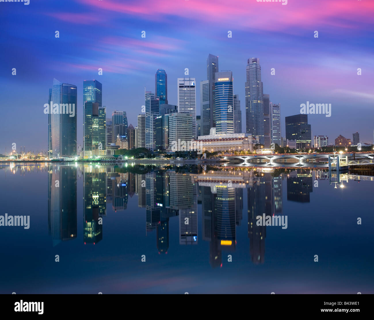 Asien Singapur Skyline Financial District in der Morgendämmerung Stockbild