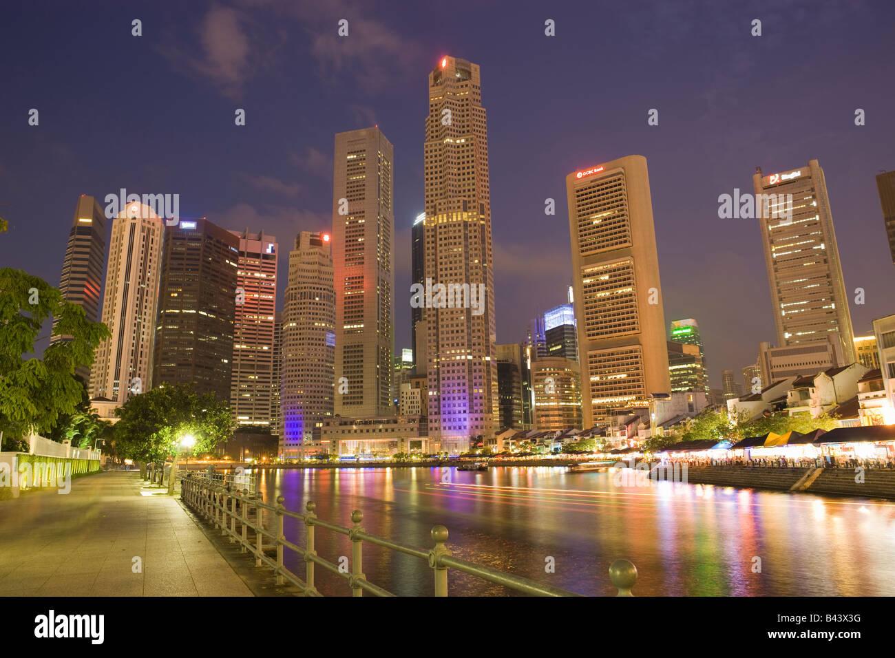 Asien Singapur Skyline Financial District in der Abenddämmerung Stockbild