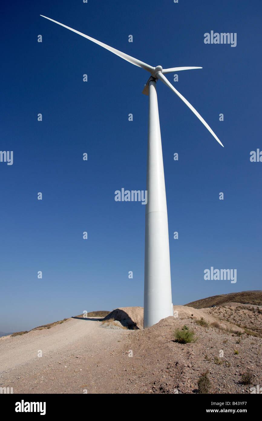 Wind trieb stromerzeugende Turbinen bis auf Türmen. Stockbild