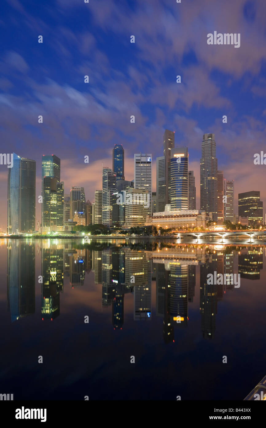 Asien Singapur Skyline Financial District in der Abenddämmerung Stockbild