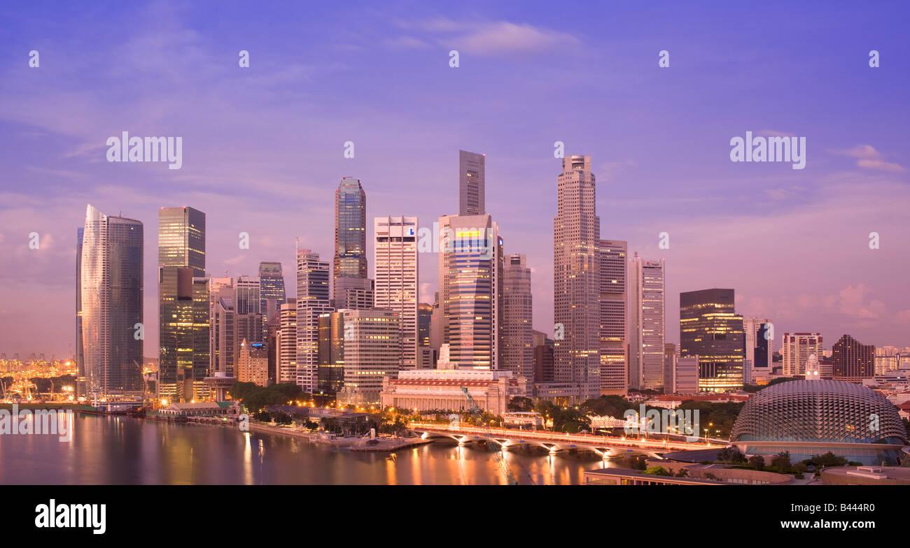 Skyline von Asien-Singapur betrachtet in der Morgendämmerung Stockbild