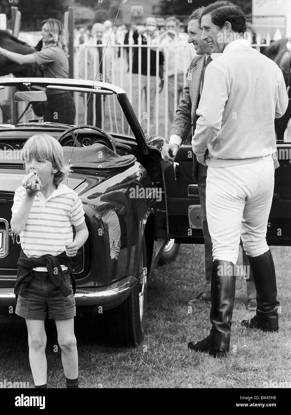 Tom Parker Bowles links einen Hot Dog Essen, wie Prinz Charles war in seinem Auto Tom zu seinem Patenkind ist und lief zu ihm Stockfoto