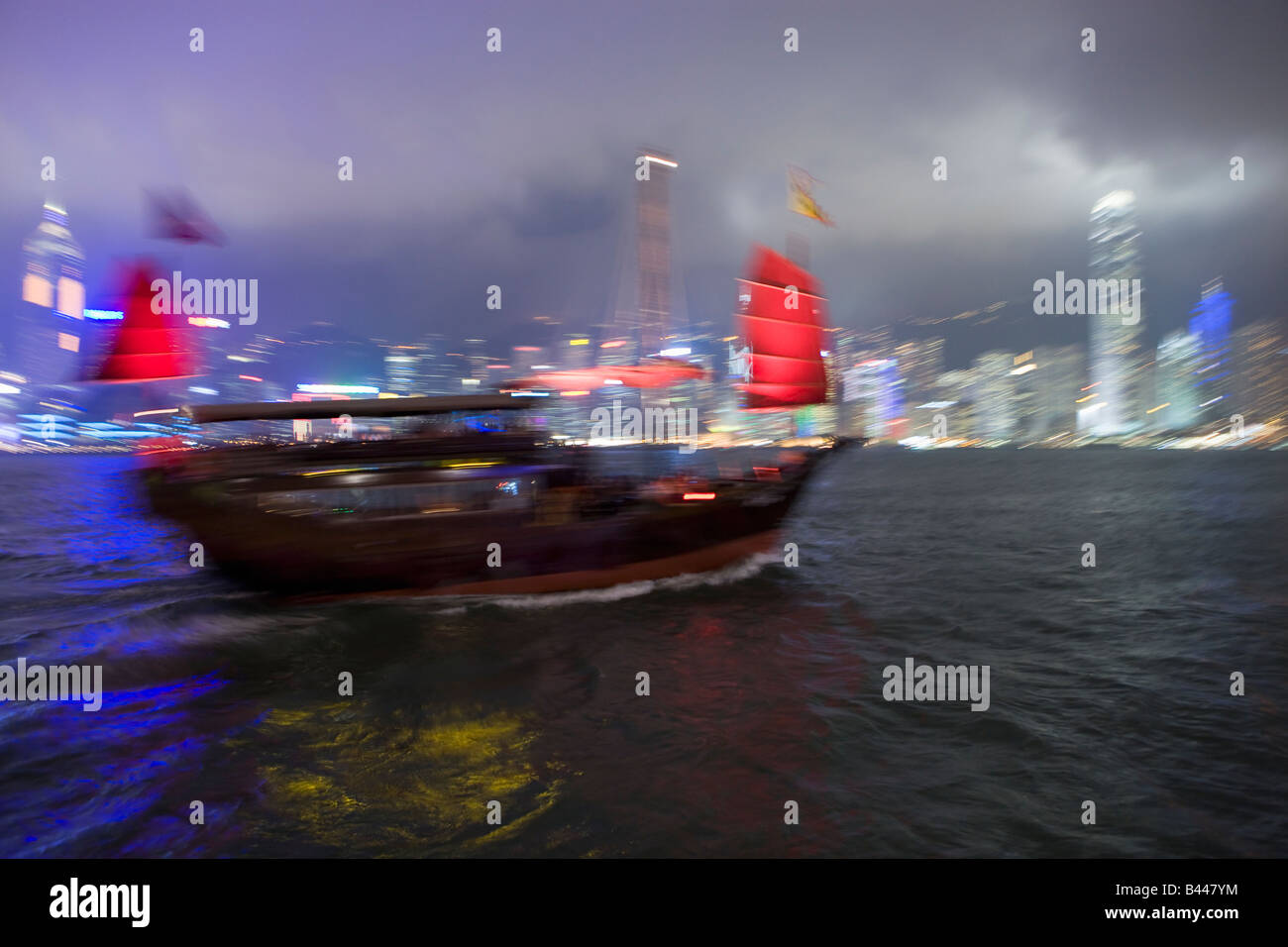 China Hong Kong Skyline und chinesische Dschunke betrachtet von Kowloon in der Abenddämmerung Stockbild