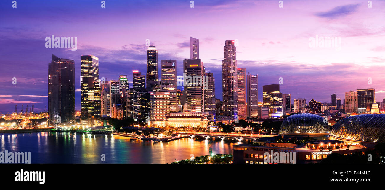 Asien Singapur Singapur Skyline Financial District in der Abenddämmerung Stockbild