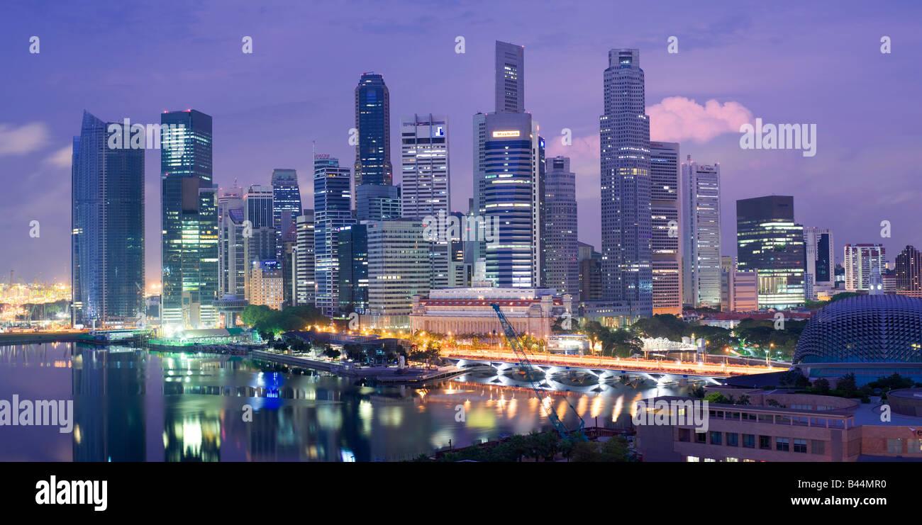 Asien Singapur Singapur Skyline Financial District in der Abenddämmerung Stockbild