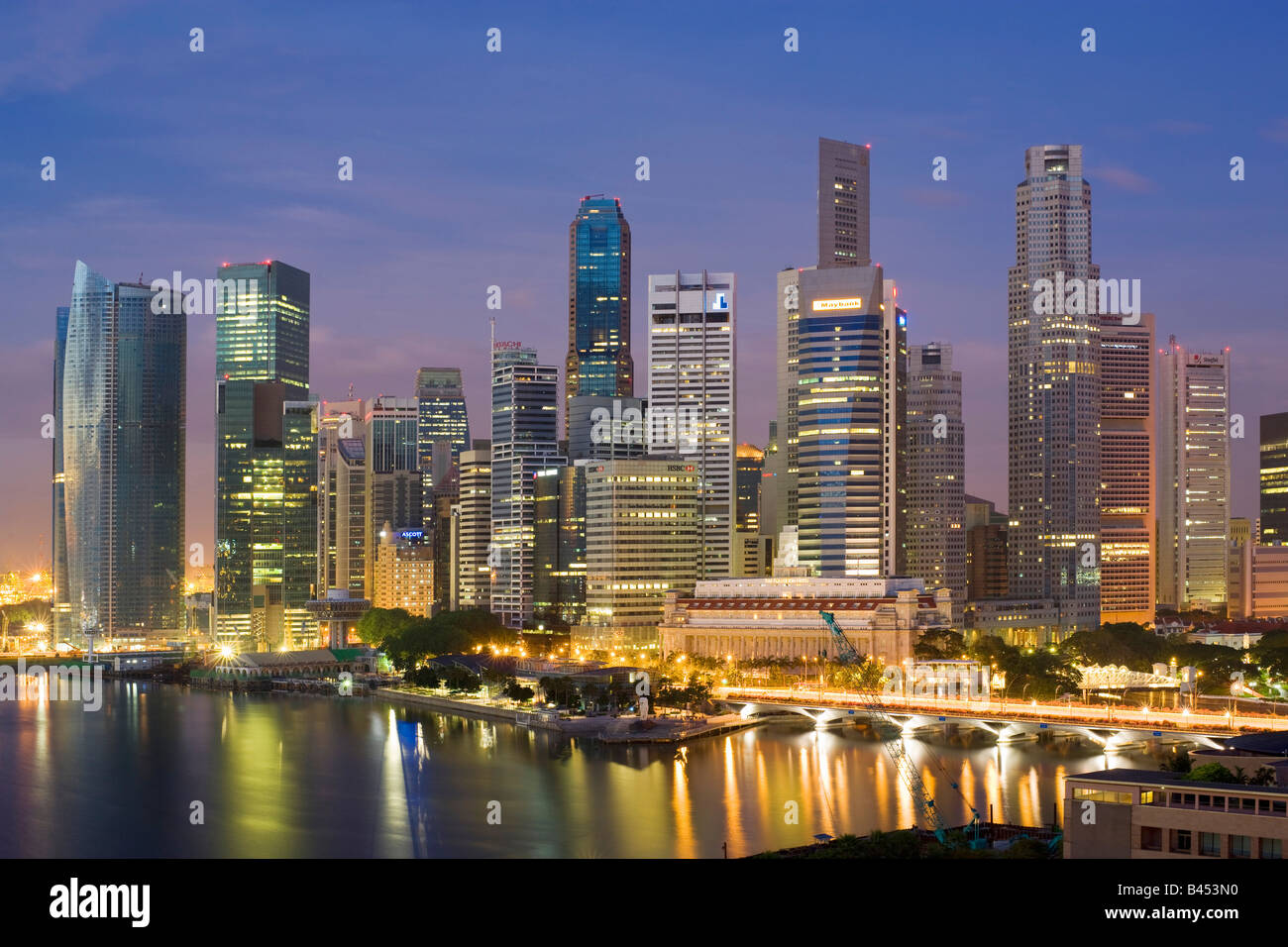 Skyline von Singapur betrachtet in der Morgendämmerung Stockbild