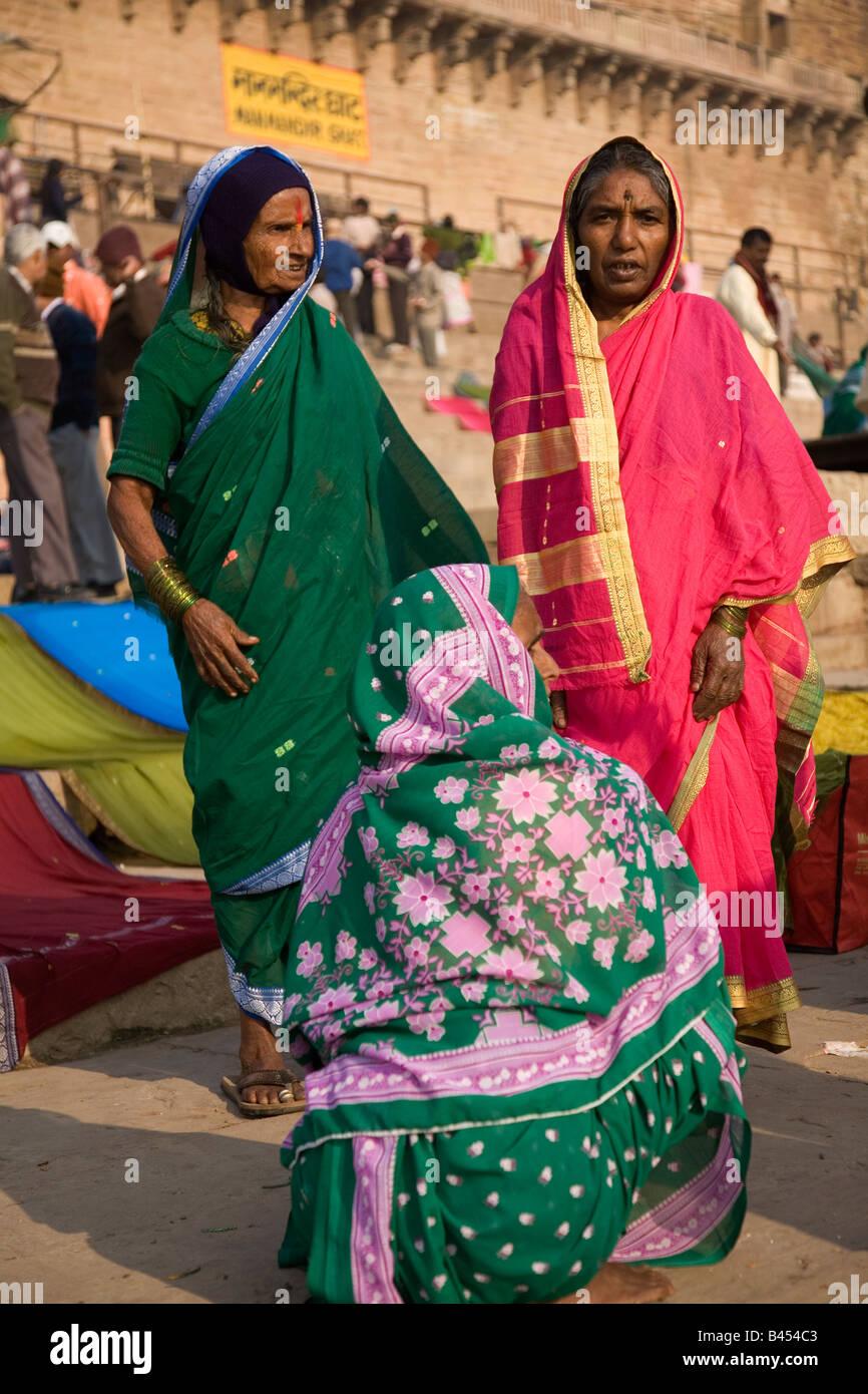women sari sarees stockfotos women sari sarees bilder alamy. Black Bedroom Furniture Sets. Home Design Ideas