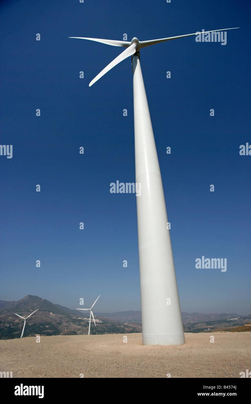 Wind trieb stromerzeugende Turbinen bis auf Türmen Stockbild