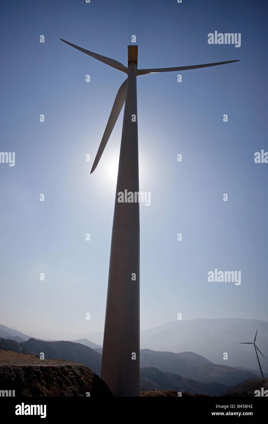 Wind trieb stromerzeugende Propeller bis auf Türmen. Stockbild