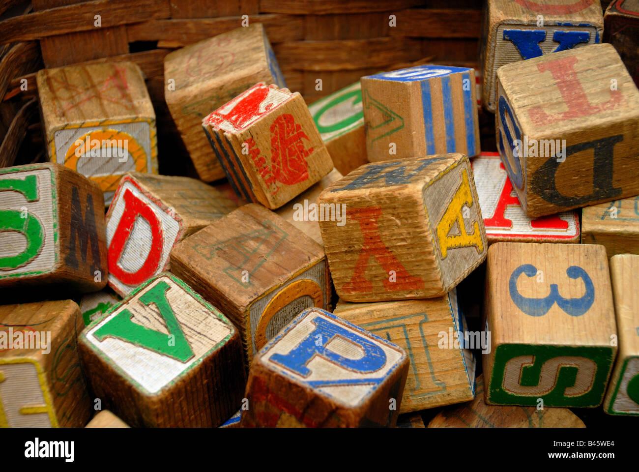 Vintage Holzblöcke mit bunten Buchstaben und Nummern drauf, in einem Antiquitätengeschäft. Stockbild