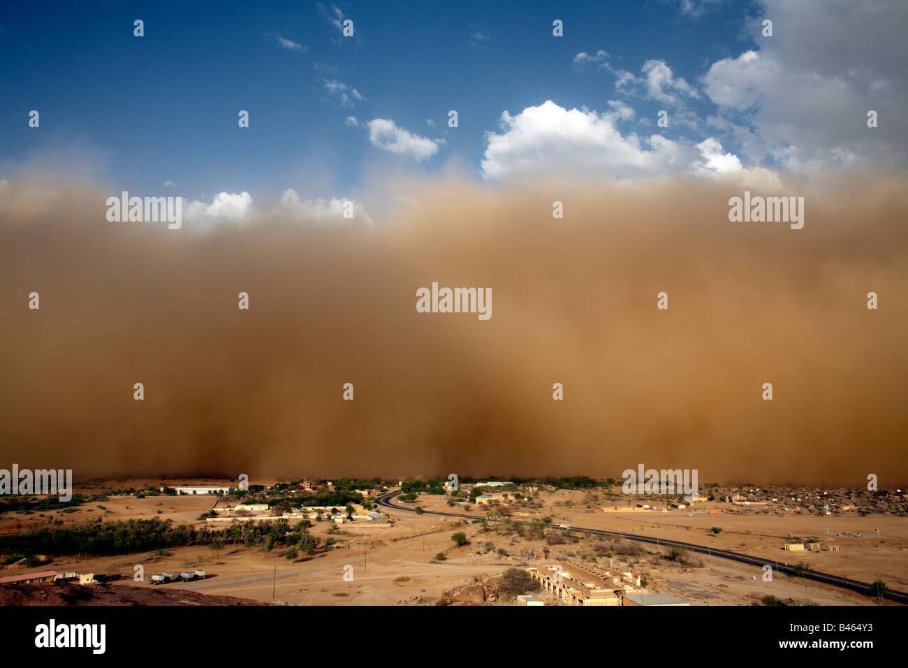 Ein Sandsturm sieht in Eritrea nahe der sudanesischen Grenze. Stockbild