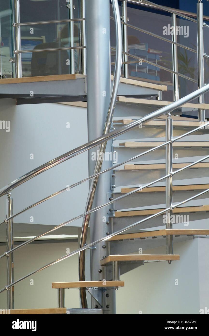 Edelstahl Wendeltreppe in ein modernes Großraumbüro Stockfoto