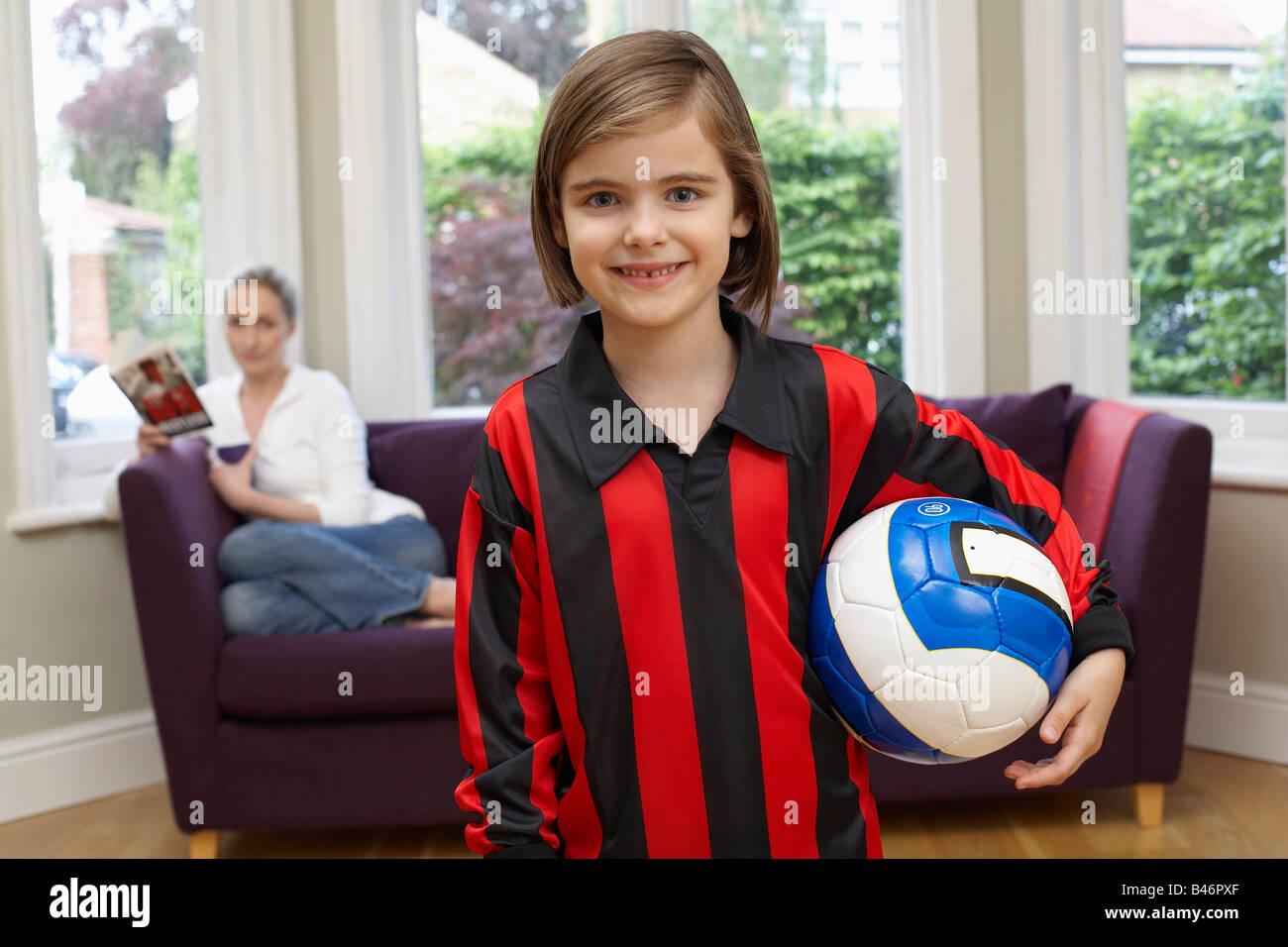 Porträt eines Mädchens mit Soccer Ball Stockfoto