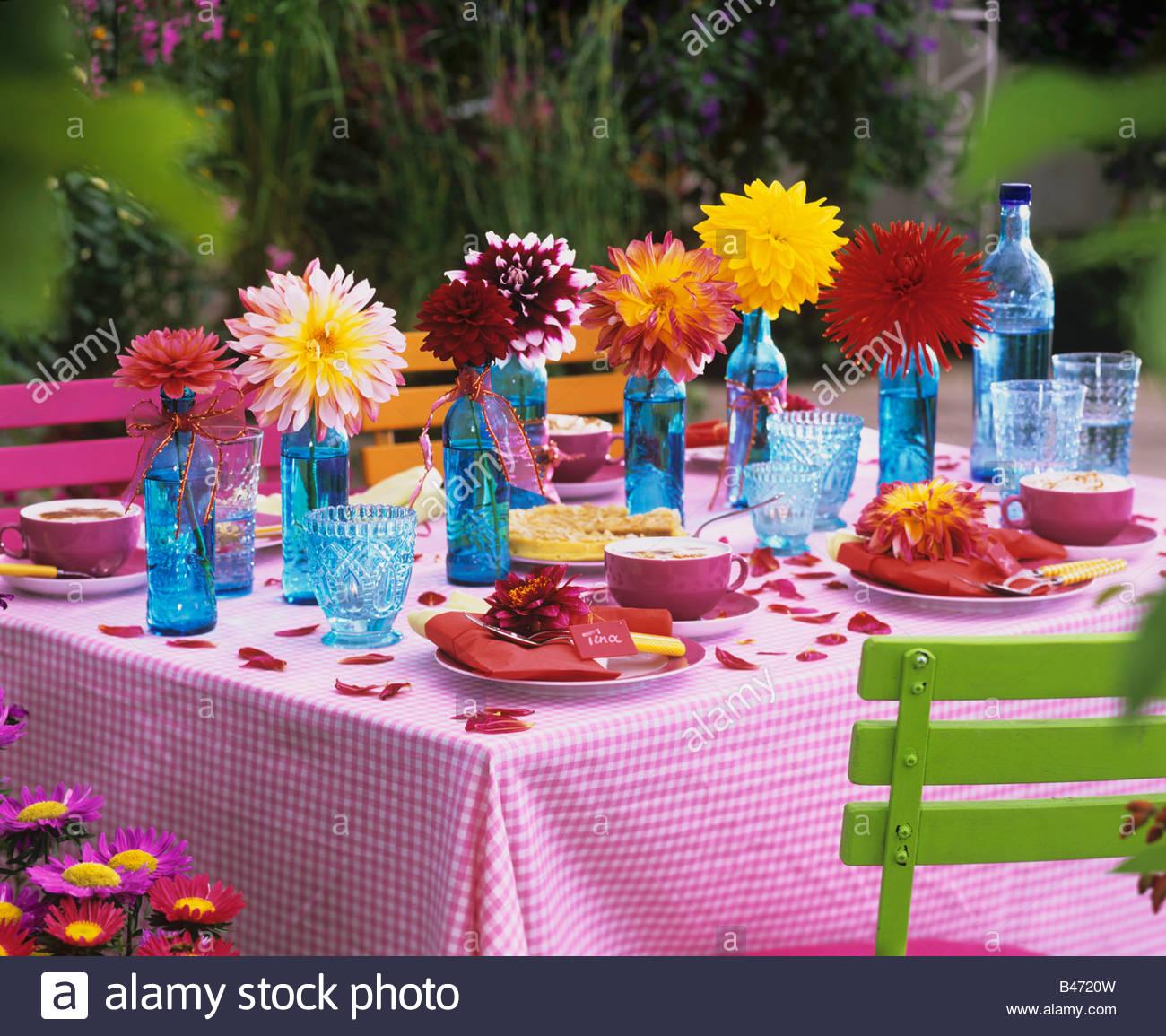Tisch gedeckt für Kaffee mit bunten Dahlien Stockbild