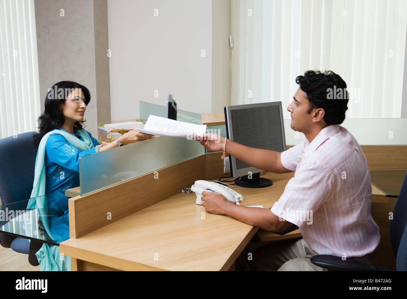 Indische Bürokollegen Stockbild