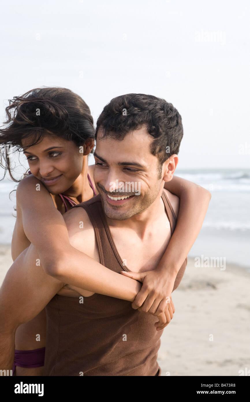 Glückliches Paar am Strand Stockbild