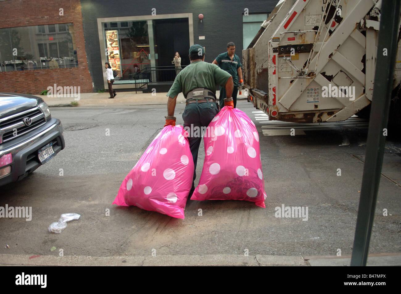 Bunte Pink Polka Dot Kunststoff Müllbeutel Sind Im Meatpacking District In New York Gesammelt Stockfotografie Alamy