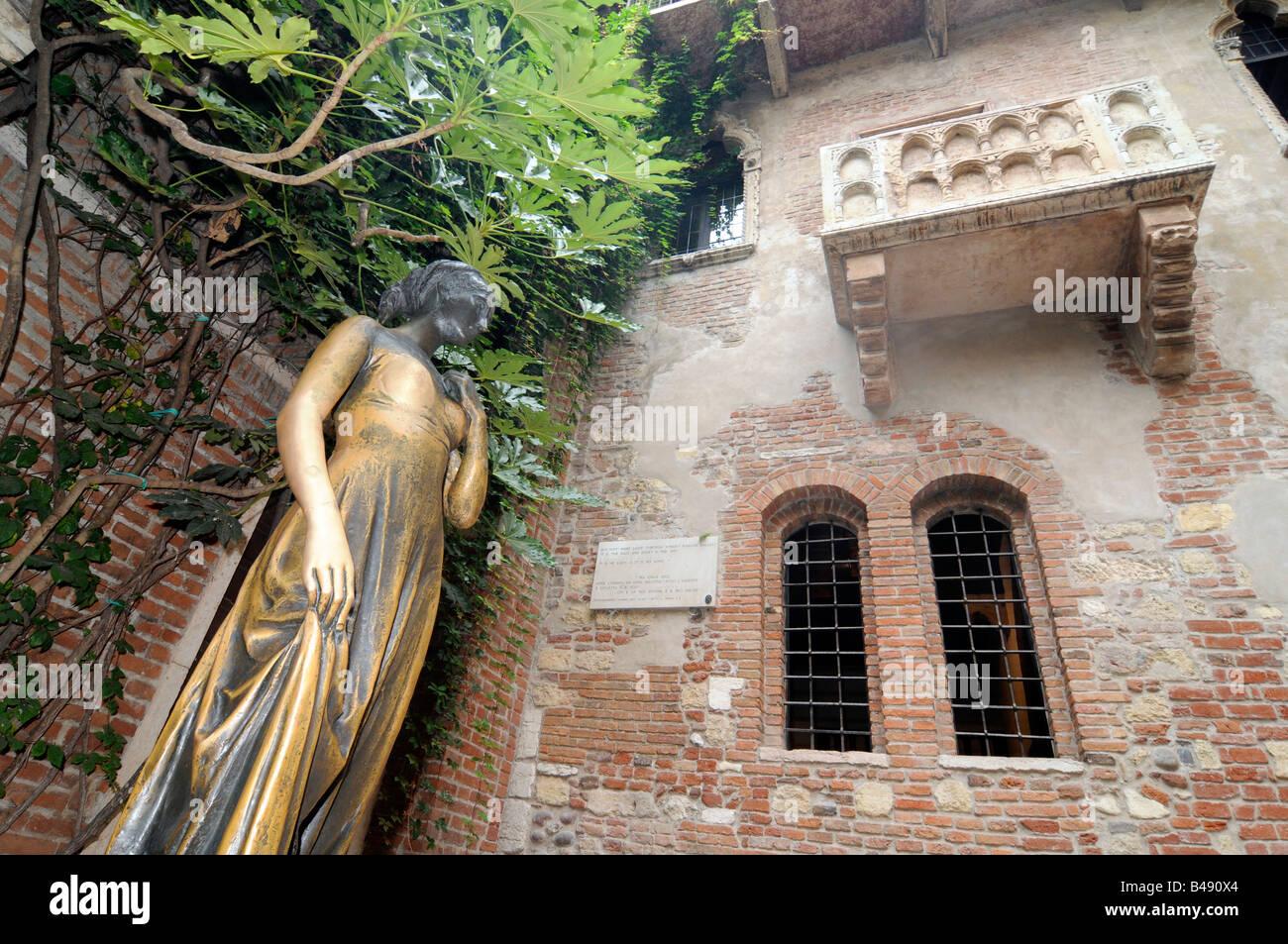 Balkon Und Statue Der Julia In Der Casa De Giulietta In Verona