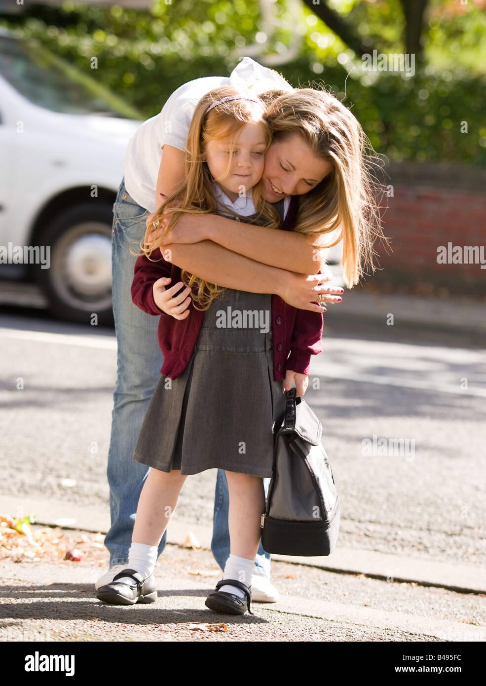 Mutter und Tochter umarmt Stockbild