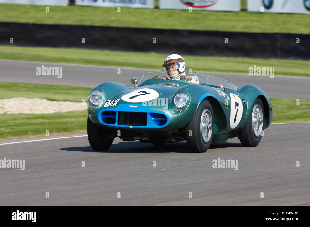Aston Martin DB3S raste am Goodwood Revival 2008 von David Bennett und Robin Brundle Stockbild