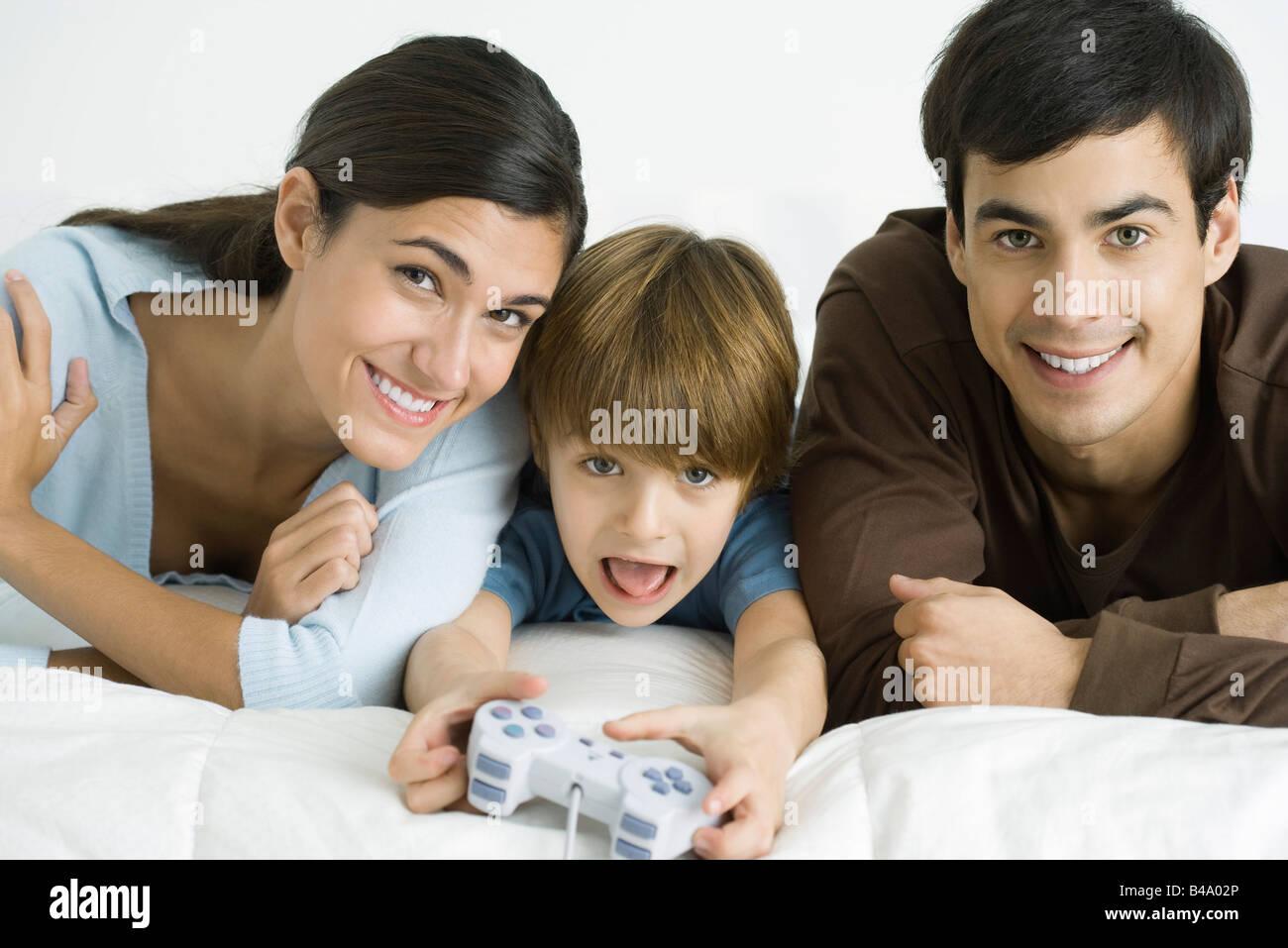 Kleiner Junge Videospiel, Eltern beobachten Stockbild