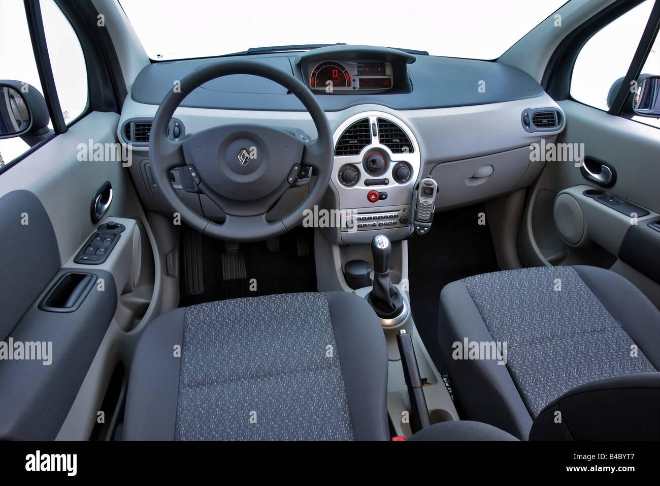 https://c8.alamy.com/compde/b4byt7/auto-renault-modus-16-16v-baujahr-2004-dunkelblau-niedrigere-mittlere-klasse-limousine-innenansicht-innenansicht-schwanz-b4byt7.jpg