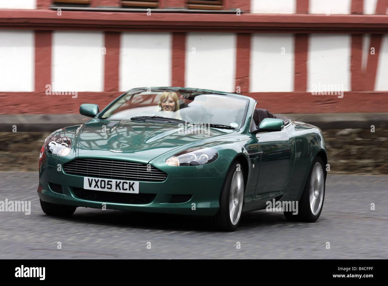 Aston Martin Db9 Volante Modell Jahr 2005 Grün Fahren Schräg Von Vorne Vorderansicht Stadt Open Top Rechtliche Treiber Stockfotografie Alamy