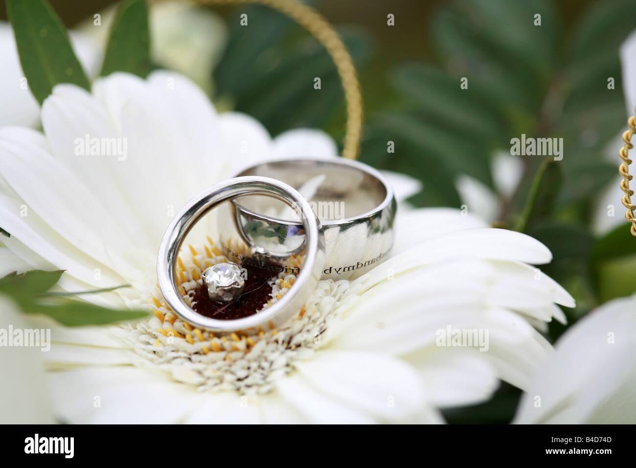 Silberne Hochzeit Ringe Bands Closeup Auf Braute Bouquet Ruht Auf