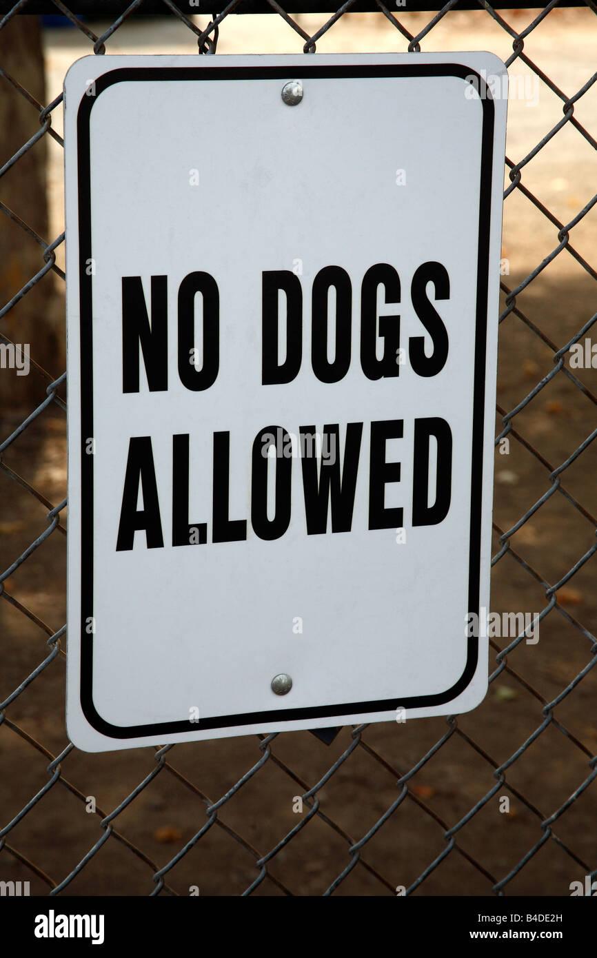 Keine Hunde erlaubt Zeichen auf Maschendrahtzaun Stockfoto, Bild ...