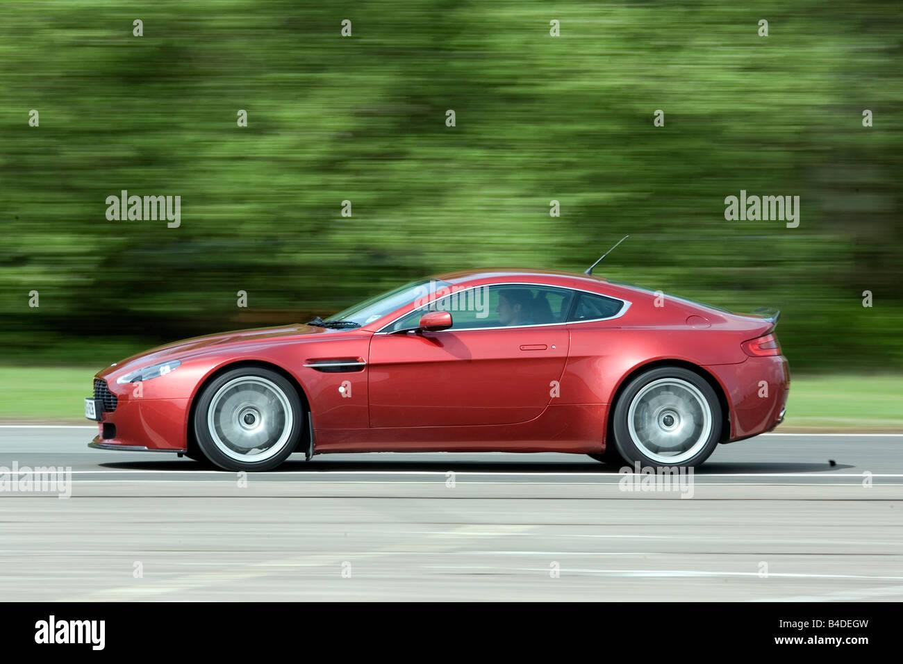 Aston Martin V8 Vantage Modell Jahr 2007 Rubinrot Gefärbt Fahren Seitenansicht Landstraße Stockfotografie Alamy
