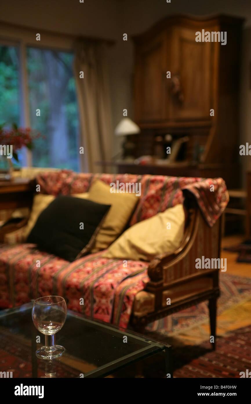 Wohnlandschaft Antikes Sofa Persische Wolldecke In Einem Raum Mit