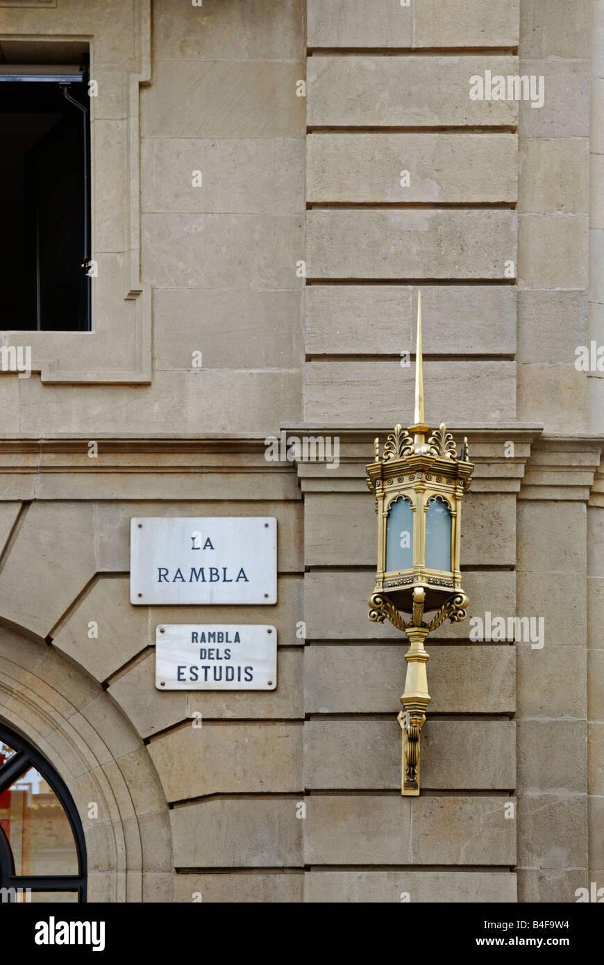 """ein Straße Zeichen und Wand Licht auf ein Gebäude auf der """"la Rambla"""" Barcelona, Spanien Stockbild"""