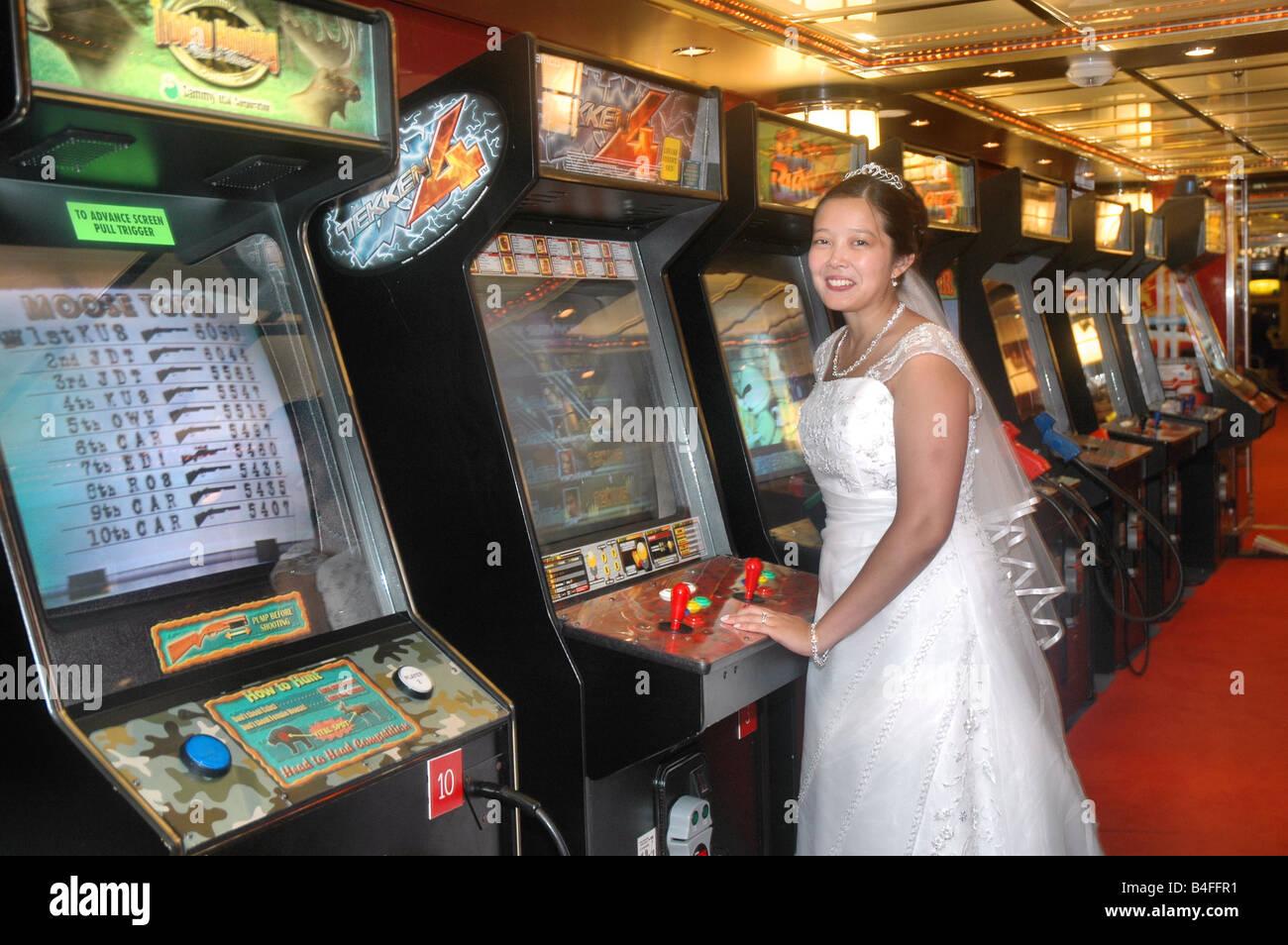 asiatische Braut im Hochzeitskleid video-Arcade-Spiel auf ...