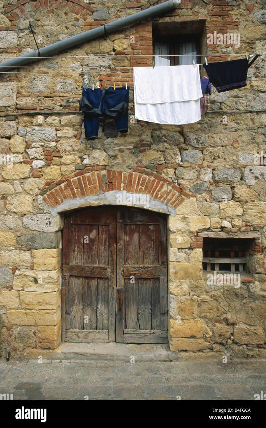 Wäsche trocknen auf der Linie vor einem Haus in