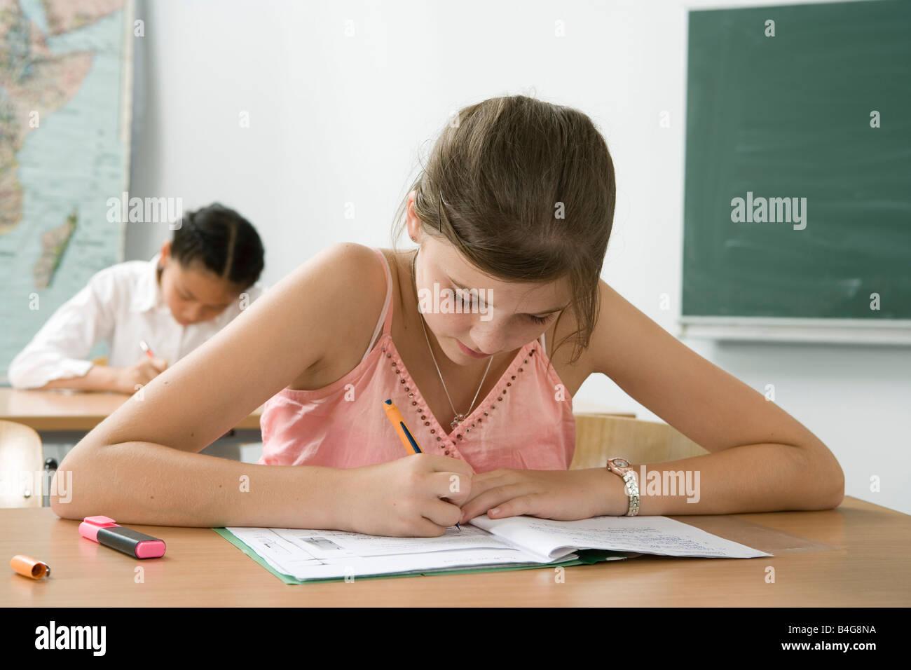 Ein 10-13 Mädchen studieren in einem Klassenzimmer Stockbild