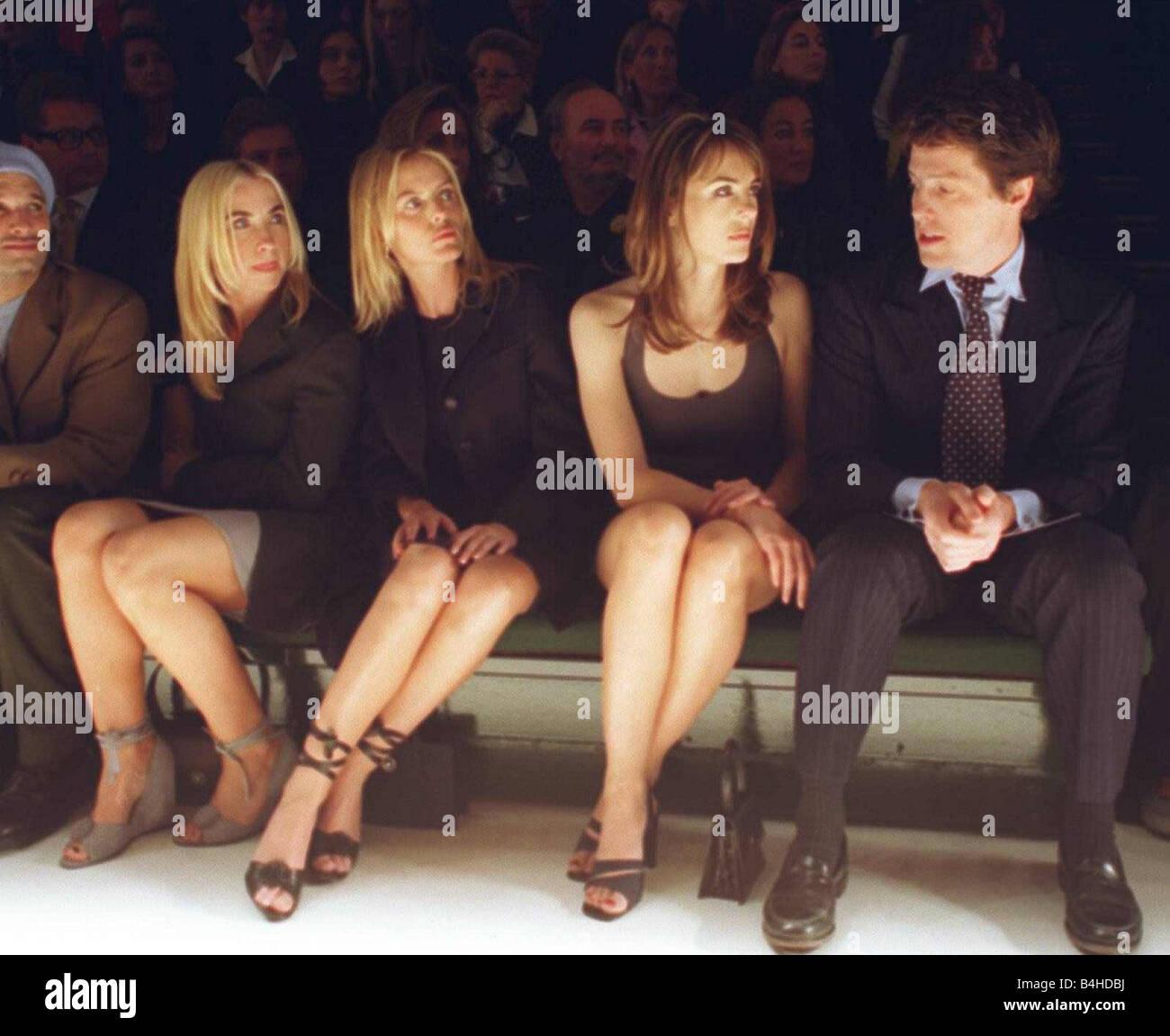 Schauspieler Hugh Grant mit Freundin Liz Hurley sitzt auf der Bank, die  Versace Modenschau in Mailand neben Oase Freundinnen Patsy Kensit Liam und  Meg Mathews Noel zu sehen Stockfotografie - Alamy