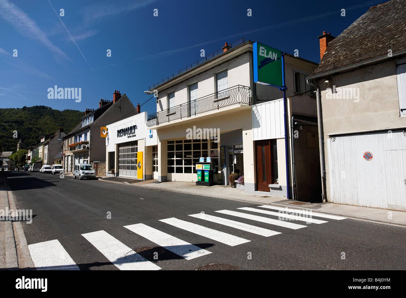Ein Fußgängerüberweg und Tankstelle in Frankreich Stockbild