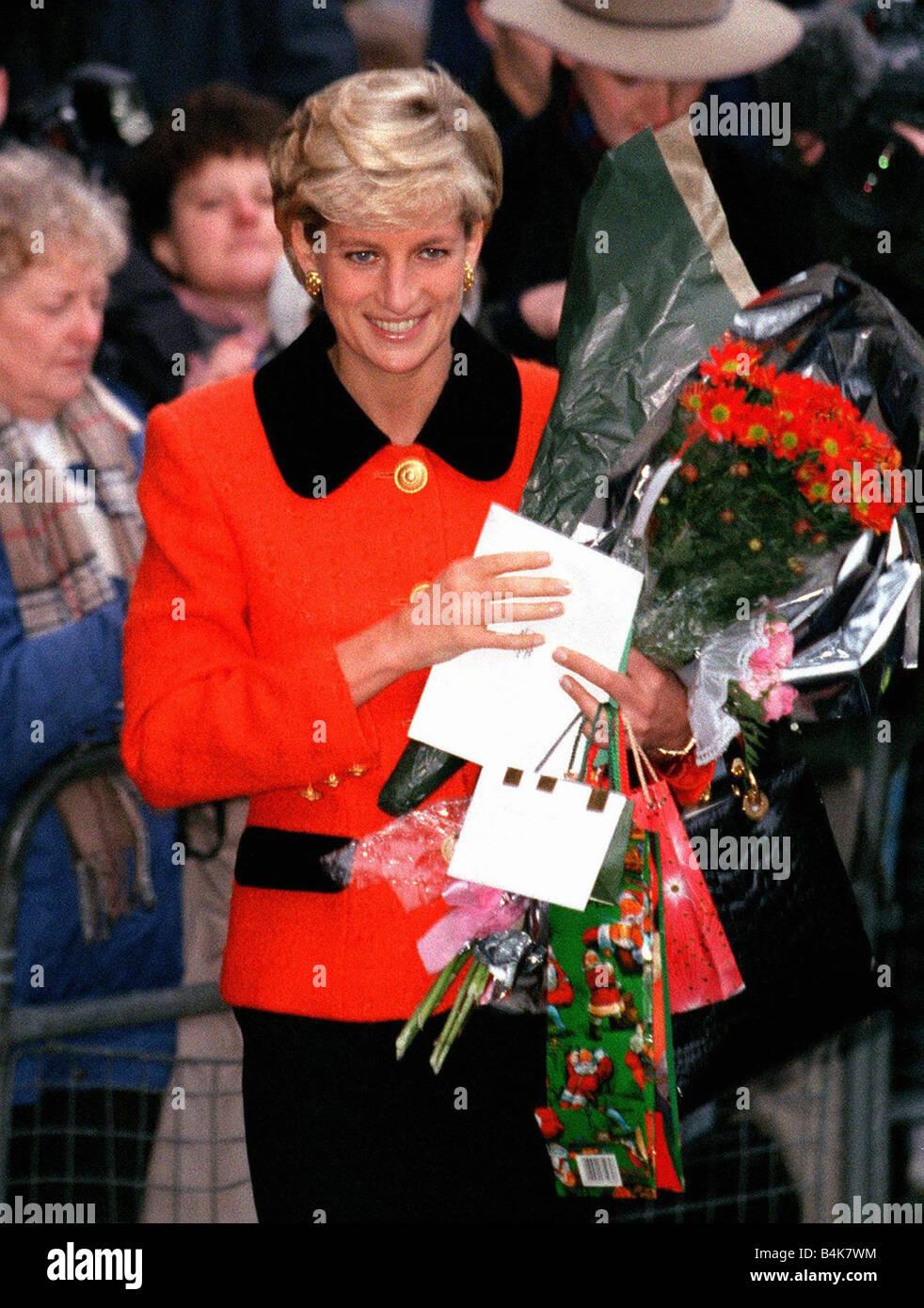 Prinzessin Diana Mit Ihrer Neuen Frisur Angekommen Das 30 Jubilaum