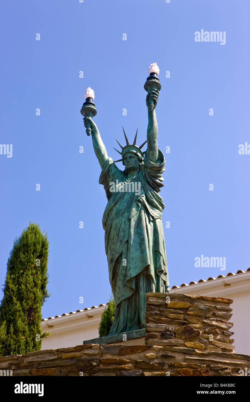 Eine Statue of Liberty mit zwei Fackeln in der Stadt Begur, Spanien Stockfoto