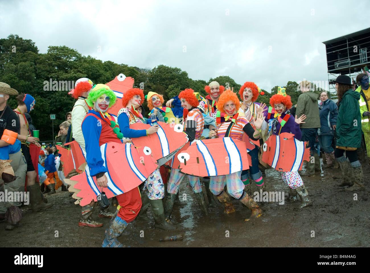 Gruppe von Menschen verkleidet als Fisch, Bestival Isle Of Wight UK 2008 Stockfoto