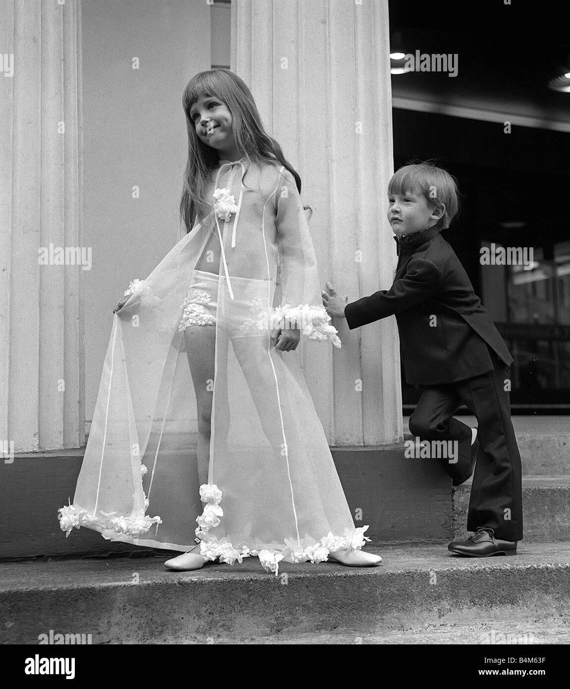Mode Kinder 1969 Justin Althaus im Alter von fünf in Navy Kammgarn ...