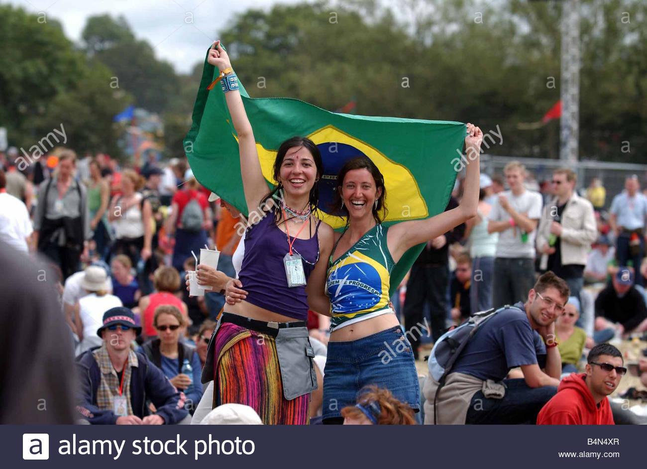 Festivals Glastonbury Festival Juni 2002 Michelle Mascareahas und Graziela Taillaed aus Brasilien feiern den World Stockbild