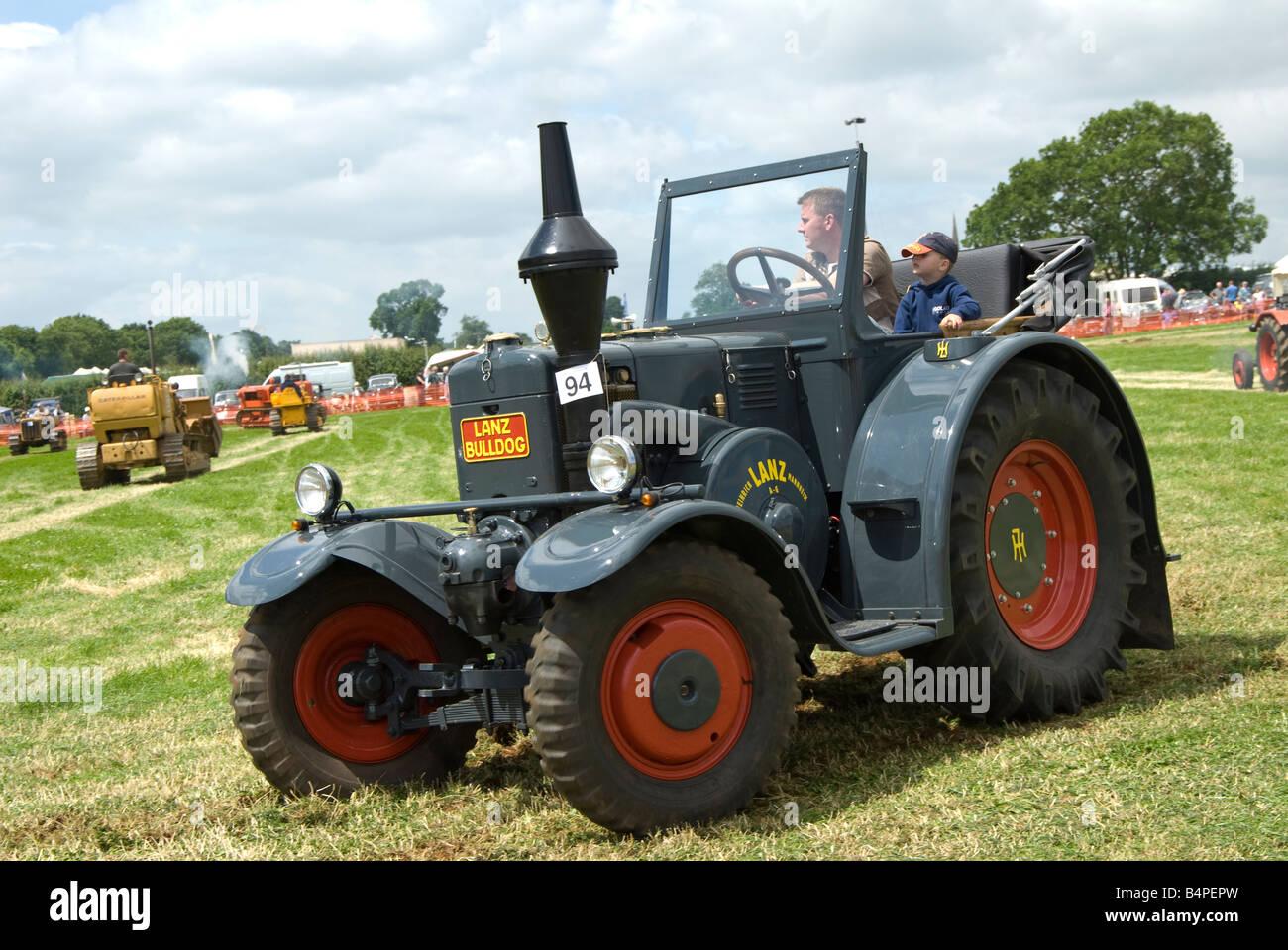 eine restaurierte lanz bulldog oldtimer traktor auf. Black Bedroom Furniture Sets. Home Design Ideas