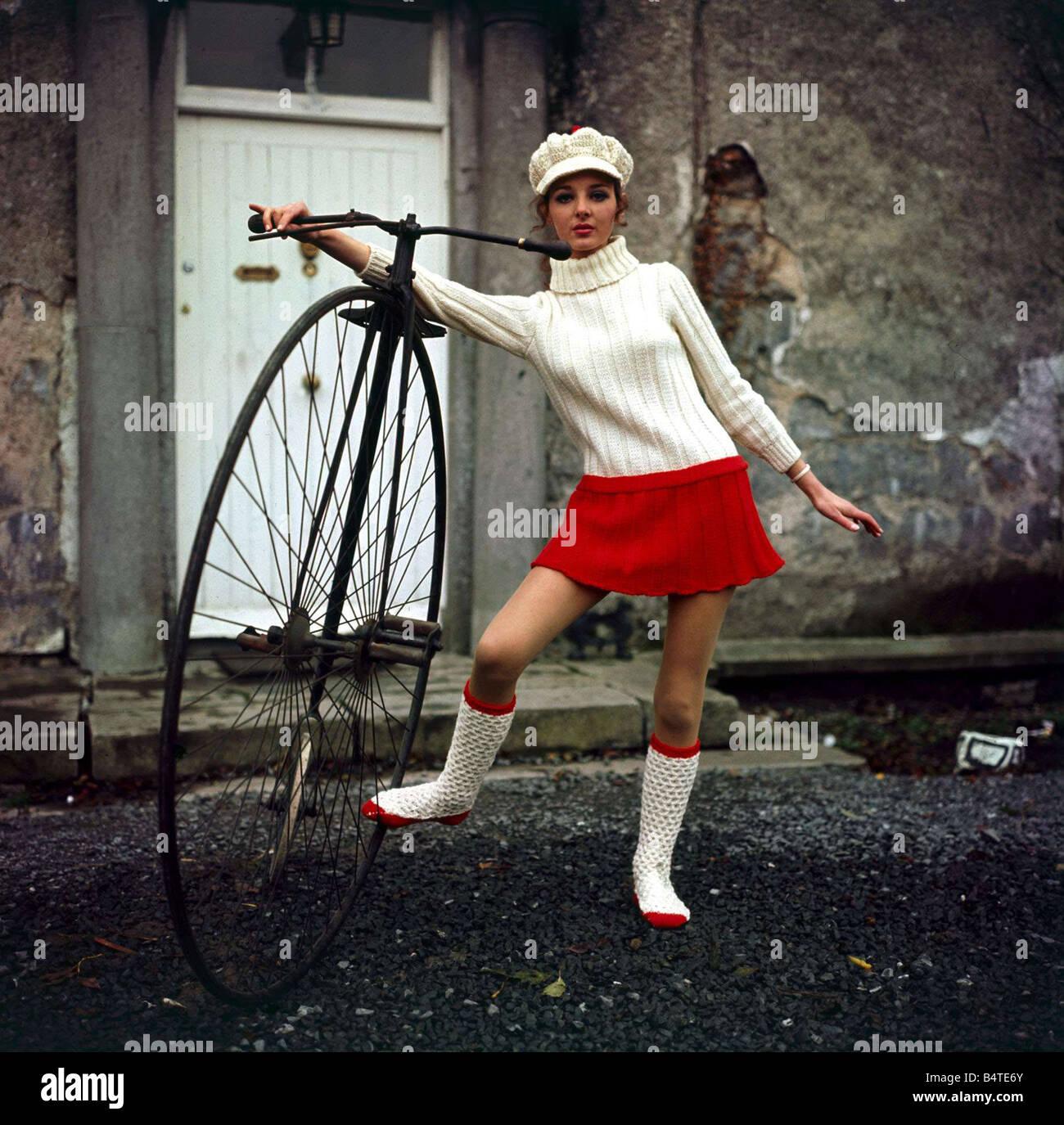 Fahrrad im dem minirock auf Wie kann