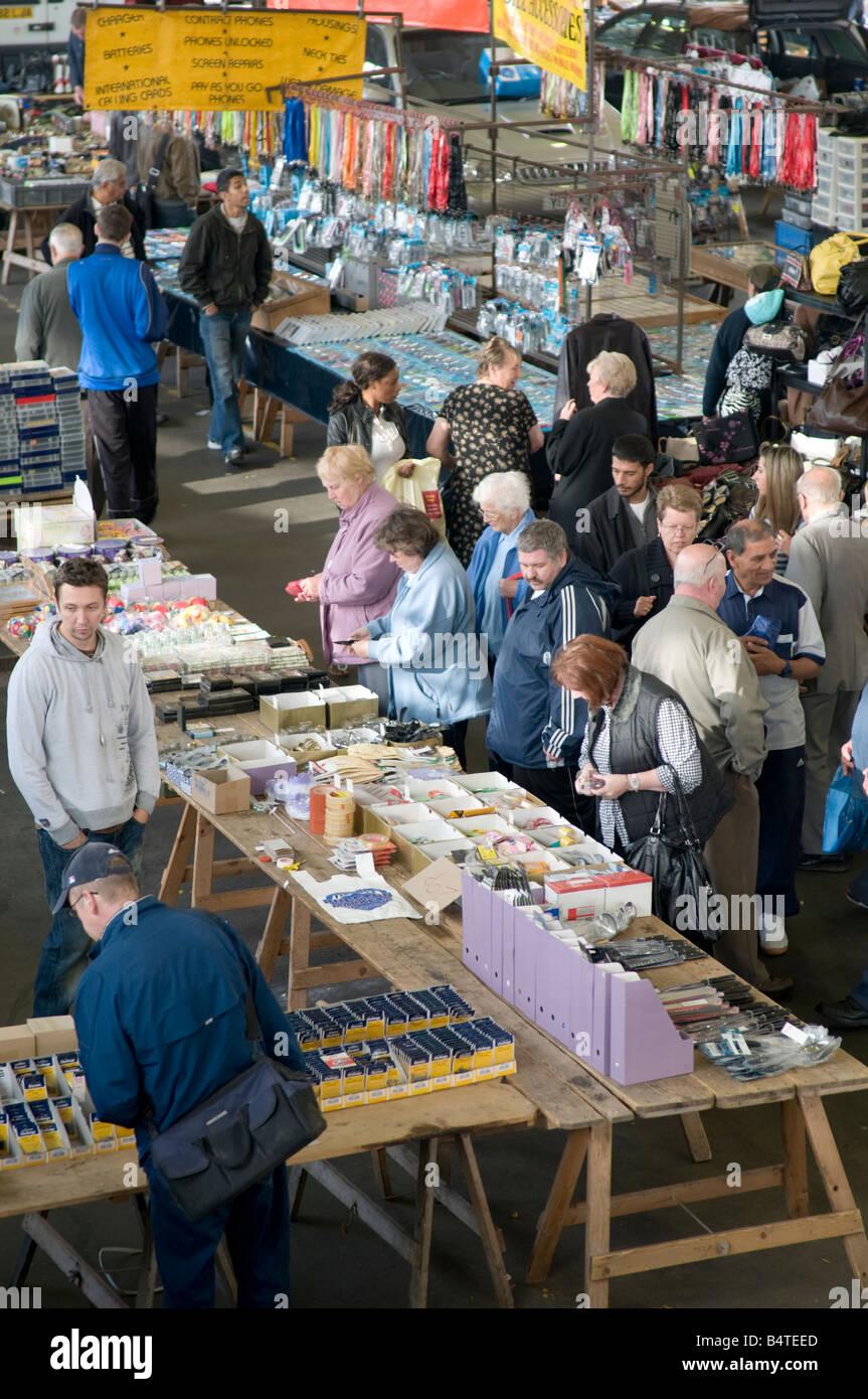 Marktfahrer und Schnäppchenjäger Einkaufen in Prestons alte Markthalle Lancashire, nördlichen England Stockbild
